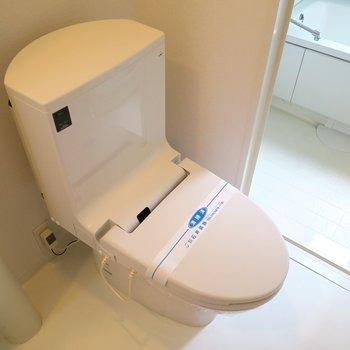 ウォッシュレット付いたスタイリッシュなトイレです。(※写真は3階の同間取り別部屋のものです)