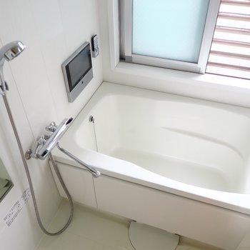 お風呂はなんとTVつき!(※写真は3階の同間取り別部屋のものです)