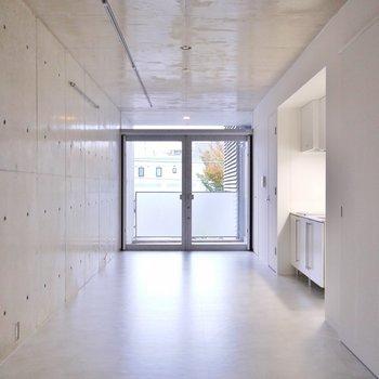 お部屋もやっぱりコンクリート。※写真は同タイプの別室。