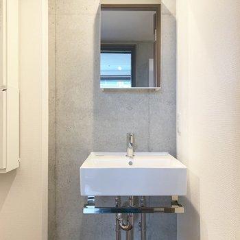 洗面台の鏡の裏には収納がついています