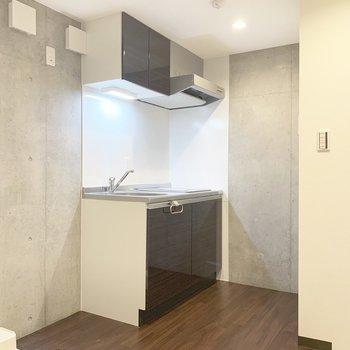廊下へ。キッチン左に冷蔵庫置場