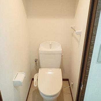 トイレの上部には棚があります。
