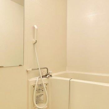 真っ白で清潔感のあるお風呂です
