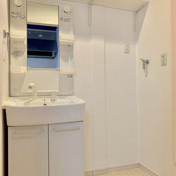 コンパクトだけど収納のある洗面台と洗濯機置場