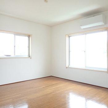 【LDK】2面採光、窓辺が心地よさそうだ。