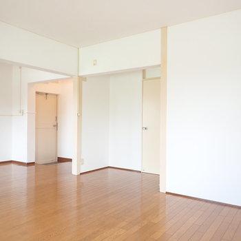 真ん中の扉を開いて洋室へ。