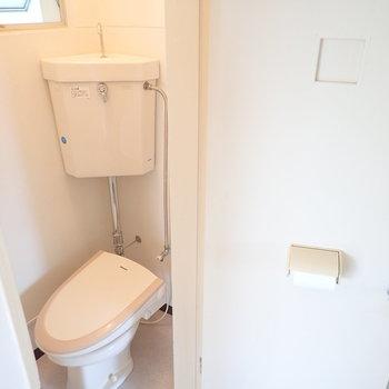 トイレはウォシュレット付き、扉にホルダーがついてる…!