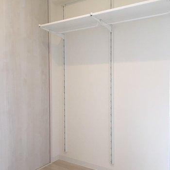 ウォークスルークローゼットには、可動式の棚と