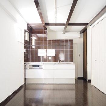 茶色のタイルがかわいいキッチン。