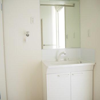 大きな鏡が嬉しい独立洗面台と、そのお隣には洗濯機置場があります。