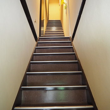 エントランスの扉を開けると、2階と3階に続く階段が伸びています。
