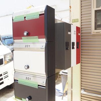 三色に分かれた、メールボックスと宅配ボックス。