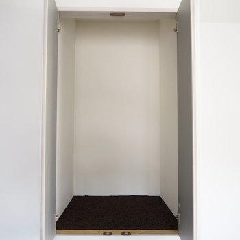壁に収納スペースが埋まっています。