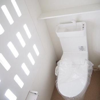 トイレの壁が面白い!光が入っていいですね。