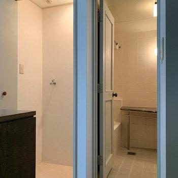 洋室から奥に進むと。左が洗濯機置き場。右がお風呂です。