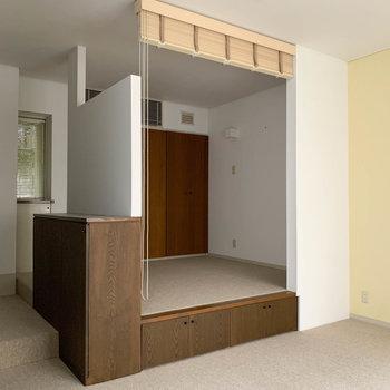 【洋室】奥の空間は小上がり。なんだか大きいベッドみたいだ。