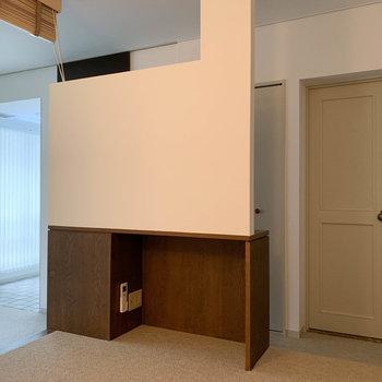 【洋室】下段、凹んだ所にテレビのアンテナとエアコンのリモコン