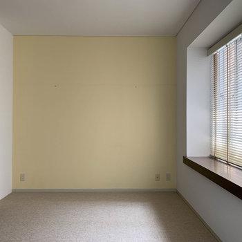【LDK】窓辺の左側、淡いイエローが洋館を思わせる。電気をつけないのもまた一興。