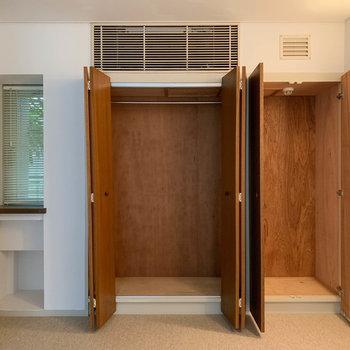 【洋室】クローゼットと、左の小窓下にも収納があります。