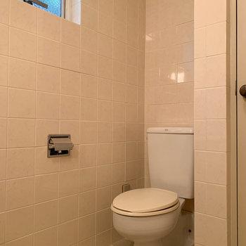 トイレも同室です。小窓も付いています。