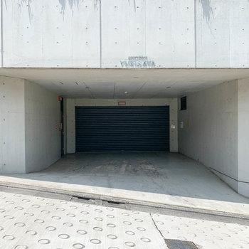 マンションの脇に、駐車場の入り口があります。