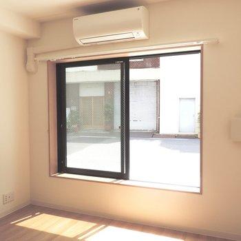 【洋室】腰高窓のためインテリアの選択肢が広がりますね