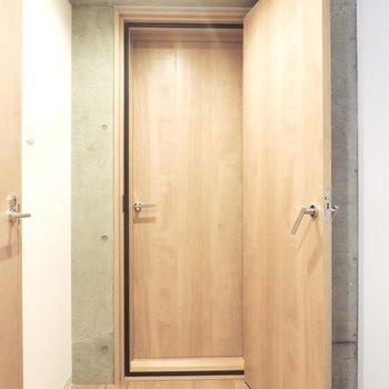 次に防音室へ。個人的に二重扉の隠れ家感が好きです