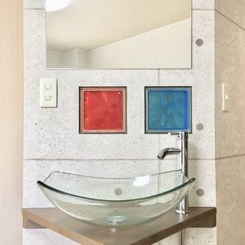 洗面台はスタイリッシュなガラスの器。