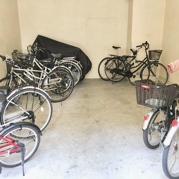 共用部】駐輪場は室内タイプで雨の心配なし◎