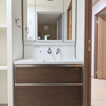 立派な3面鏡付き洗面台!