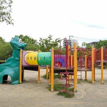 近くに楽しそうな公園とグラウンドがありました!