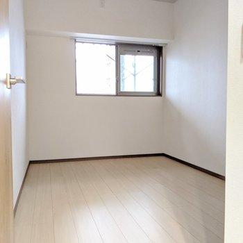 【洋室5.6帖】奥に長い洋室です。(※外装は工事中のものです)