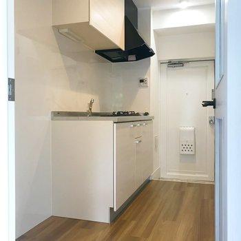 扉を開くと、手前に洗濯機置き場と冷蔵庫置き場。※ 写真は前回募集時のものです