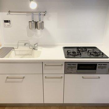 キッチンの天板は人工大理石を使用!汚れも目立たなくて掃除が捗る。
