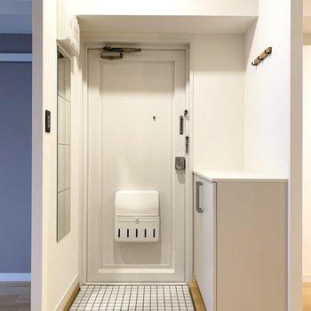 玄関も白い陶器タイルで爽やかな印象に。