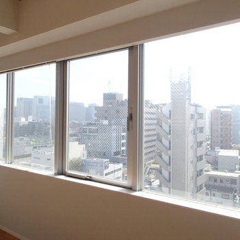 南側にはこんなに大きな窓。※写真は9階の同間取り別部屋のものです