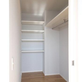 洋室に入ったところにウォークインクローゼットがありますよ。※写真は9階の同間取り別部屋のものです
