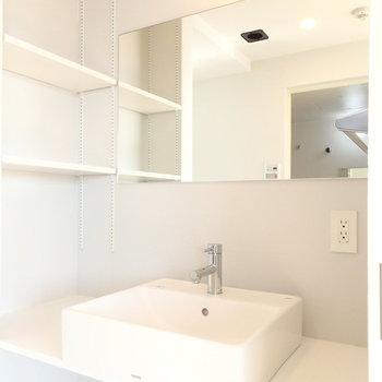 洗面台はシンプルに良いやつ。隣の棚が絶対便利。※写真は9階の同間取り別部屋のものです