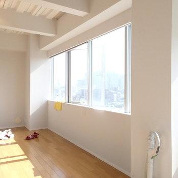 こちらはリビング。※写真は9階の同間取り別部屋のものです