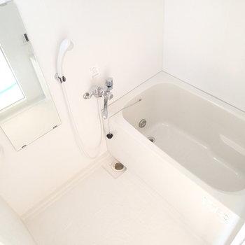 お風呂はこちら。浴室乾燥機が付いています。※写真は9階の同間取り別部屋のものです