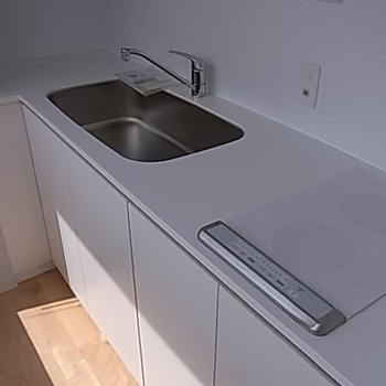 キッチンもすっきりIHコンロ。※写真は9階の同間取り別部屋のものです