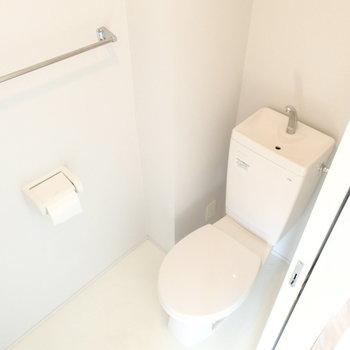 トイレは個室。ウォシュレットは残念ながら付いていません。※写真は9階の同間取り別部屋のものです
