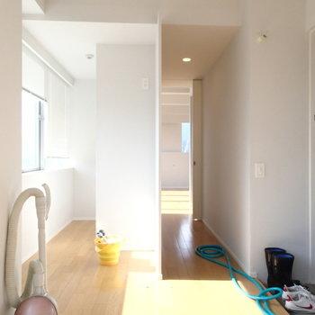 左の奥にキッチンがありますよ。※写真は9階の同間取り別部屋のものです