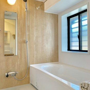 元々戸建てだったお部屋ならでは大きい〜浴室!浴室乾燥もついてます◎