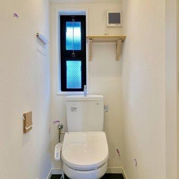 トイレにも換気の小窓が嬉しい。