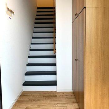 玄関からは階段を昇って居室へ。