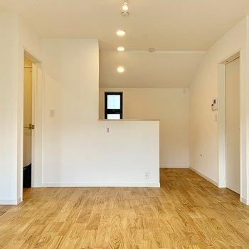 対面キッチンから広く居室を見渡せます