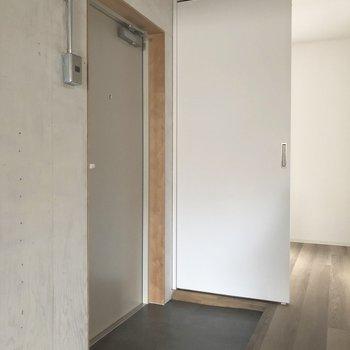 シンプルな玄関スペース。※写真は3階の同間取り別部屋のものです