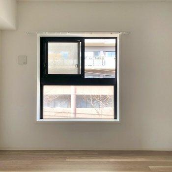 コンパクトな洋室へ。※写真は3階の同間取り別部屋のものです