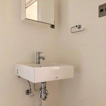 鏡の裏は収納スペース◎※写真は3階の同間取り別部屋のものです